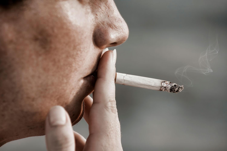 喫煙中の男性